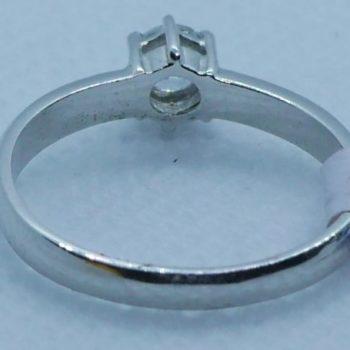 Zlatý prsten z bílého zlata s kamenem