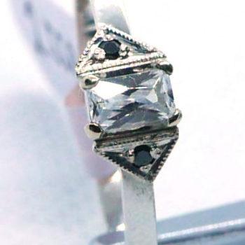 Prsten z bílého zlata a bílými a černými zirkony