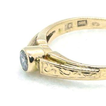 Prsten s bočním zdobením a kamenem