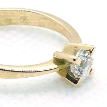 Prsten s kamenem