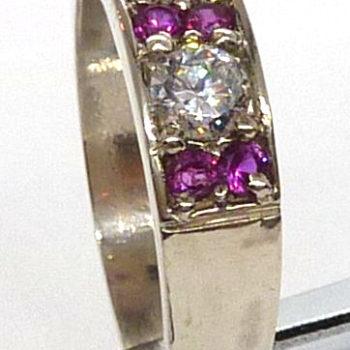 Prsten z červenými rubíny a zirkony